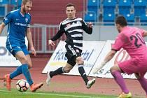 Jakub Pešek v zápase Dynama ve Vítkovicích bojuje s domácím Radkem Coufalem.