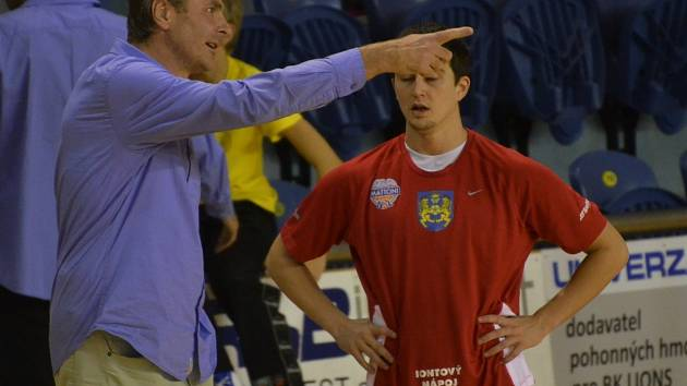 PROHRA. Kouč Karel Forejt (vlevo) a Mitch Rolls (vpravo) se radili jak mohli, ale porážce Lions na USK Praha stejně nezabránili.