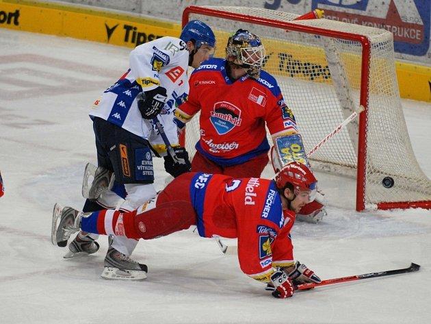 Hokejisté HC Mountfield se ve čtvrtek představí v televizním duelu na Kladně (17.25). Na snímku z duelu s Vítkovicemi před brankářem Turkem padá Hudec po zákroku Krenželoka.