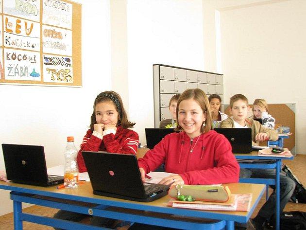Žáci jedné ze šestých tříd rožnovské základní školy používají při vyučování místo klasických učebnic speciální netbooky. Píší na nich například i testy, jejichž výsledky se dozvědí vzápětí. Na snímku žákyně Kristýna Musilová (vlevo) a Barbora Hájková