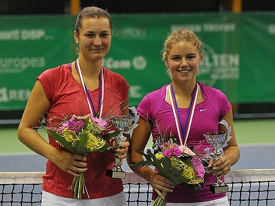 Jihočeška Veronika Kolářová (vlevo) vyhrála halové MČR. Na snímku  s deblovou partnerkou Petrou Rohanovou (I.ČLTK Štvanice)