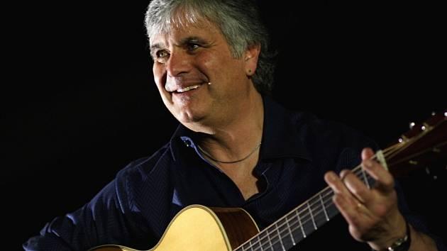 Kytarista Laurence Juber, který hrál s Paulem McCartneym v kapele Wings, zahraje 15. listopadu v Táboře.