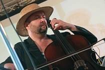 Pavel Barnáš, organizátor koncertu Tomáše Kluse v Třeboni a ředitel festivalu Okolo TTřeboně. Snímek je ze soboty 17. srpna, kdy hostoval s Nezmary na koncertě na pláži Ostende u rybníka Svět.