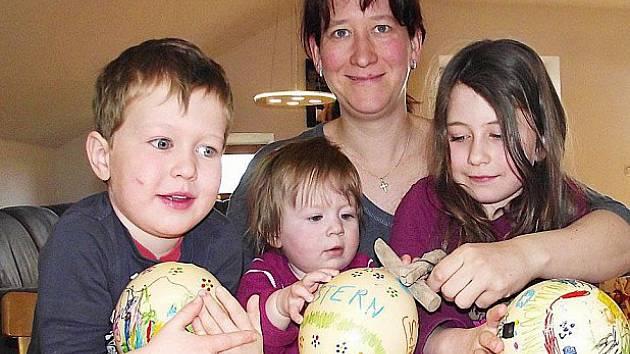 Děti Scherrových zdobí pštrosí vejce.