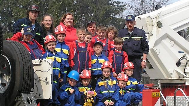 Pýchou SDH Dobřejovice jsou mladí hasiči. Na fotografii jsou zachyceni na českobudějovickém Mobil salonu, kde předváděli své umění.