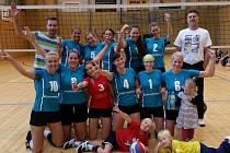 PO VÝHŘE. Hráčky Slávie PF porazily v derby volejbalistky VK ČEZ a měly z toho pochopitelnou radost.