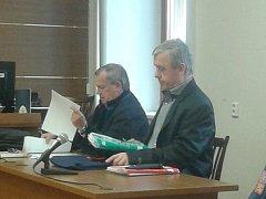 Obžalovaný Karel Heverle (vpravo) s advokátem Miroslavem Kříženeckým před začátkem hlavního líčení.