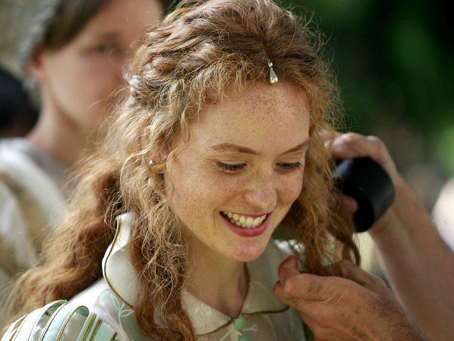 Maskérka upravuje Šípkovou Růženku, kterou hraje Kateřina Kosová.