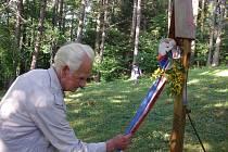 Stanislav Talián na zrušeném židovském hřbitově v Hartmanicích.
