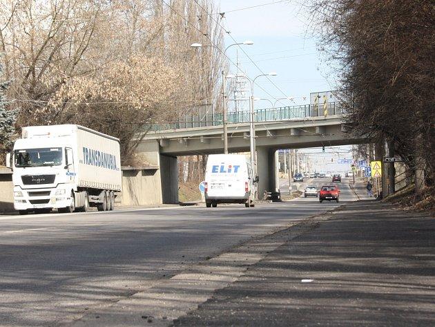 Pražská ulice pod viaduktem bude od pátečního večera celý víkend neprůjezdná.
