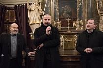 Při vernisáži na Popeleční středu  zachycen uprostřed autor Michal Škoda, vlevo  stojí kněz Tomáš Halík a vpravo kurátor Norbert Schmidt.