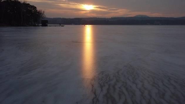 Pokud jsou hladiny rybníků v zimě zamrzlé, ryba bývá v klidu. V případě silných mrazů je ale třeba v ledu prořezat díry.