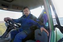 Pole v okolí Žabovřesk byla tento týden pracovištěm Petra Ježka, traktoristy Zemědělské společnosti Dubné. Se zemědělskou technikou pracuje Petr Ježek od svého vyučení v Trhových Svinech.