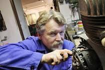 Tomáš Pitlík z Bechyně je motocyklový nadšenec. Pojízdných strojů má asi pětadvacet, ale jeho největší zálibou je stavba netradičních motorek určených pro výstavní účely. Za tyto stroje získal několik cen v motoristických soutěžích.