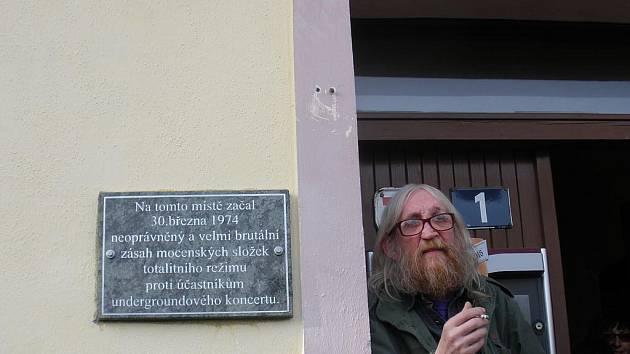 Vratislav Brabenec před hospodou Na Americe v Rudolfově.