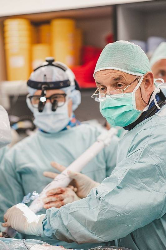 Českobudějovičtí kardiologové a kardiochirurgové provedli unikátní implantaci mitrální chlopně zcela novým systémem.
