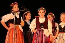 Děti z celého kraje ukázaly své taneční a pěvecké  umění na přehlídce folklórních tanců.