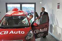 Starostce Dubného Boženě Kudláčkové předává vůz Kia Picanto předseda představenstva společnosti CB Auto Zdeněk Čermák.