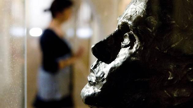 Krumlovské Egon Schiele Art Centrum nabízí o víkendu společné vstupné s Museem Fotoateliér Seidel. V Schiele Centru trvají do konce října výstavy jeho děl a současných výtvarníků ke 120. výročí Schieleho narození. Na snímku jeho autoportrét z roku 1917.
