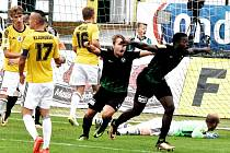 Karsten Ayong se raduje ze svého gólu, kterým rozhodl o prohře Dynama v Příbrami, smutní Pavel Novák a Jiří Kladrubský.