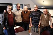 Legendy svým následovníkům věří: zleva Zdeněk Čadek, Jiří Stiegler, Miloslav Šerý, Ladislav Novák a František Ondok.