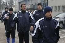 """Uspěje """"malý velký muž"""" Radim Pouzar (vpravo) díky své bojovnosti i v lize?"""