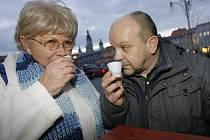 PUNČ, NEBO VODA SE ŠŤÁVOU? Barmanka Miloslava Kelblová a kuchař Petr Stupka testovali ve čtvrtek kvalitu punče ze stánků na náměstí. Shodli se, že úroveň je dobrá, ale nechyběl ani nápoj připomínající spíše horkou vodu se šťávou.