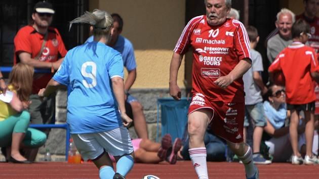 Fotbalové benefice a turnaje (na snímku v Blatné v akci známý moderátor Karel Šíp) zakrátko vystřídají opět boje o body. Kraské soutěže byly na jihu Čech rozlosovány.