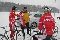 Trať pro cyklokrosové mistrovství světa v Táboře zasypal sníh, vlevo Martin Bína