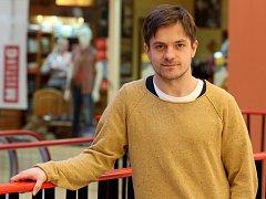 Jiří Mádl dopisuje hořkosladký příběh z vietnamské komunity. Film s pracovním názvem Na střeše chce točit v létě. Jako herec se těší na snímek o Petru Novákovi.
