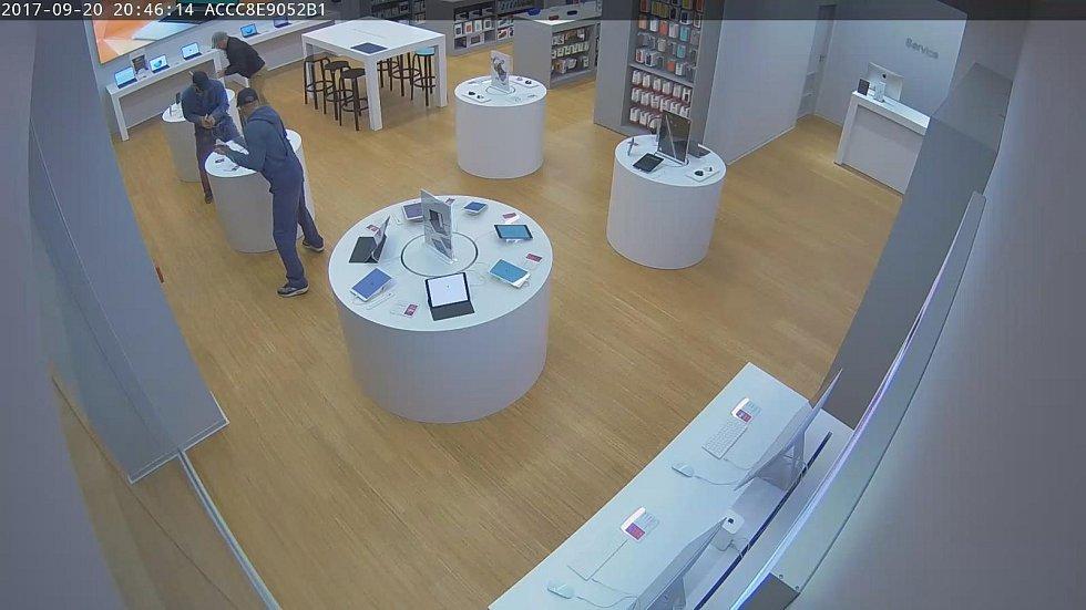 Krádež mobilů v v budějovickém Igy. Zloděje zachytila kamera.