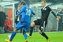 Jakuba Horu v zápase Dynama s Baníkem (1:0) atakuje Oldřich Byrtus.