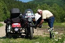Sběratel historických motorek, motonadšenec a autor motoristické literatury Petr Hošťálek se vydal po stopách závodu Paříž Peking.
