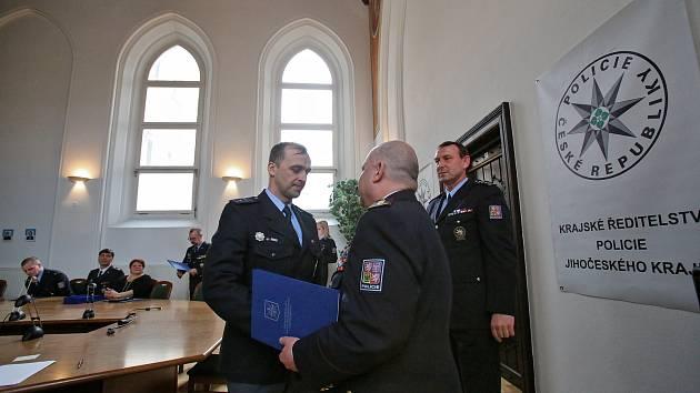Jihočeští policisté přijali do svých řad devět nováčků a vyznamenali obzvlášť záslužné činy.