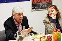 Josef Abrhám a Eva Holubová uvedli v pondělí v budějovickém multikině film Odcházení, který podle vlastní hry zrežíroval Václav Havel.