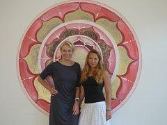 Miroslava Hadáčková (vlevo) a Veronika Plátová (vpravo) organizují první ročník jógové charitativní akce, z níž veškerý výtěžek půjde na českobudějovické Centrum Bazalka.