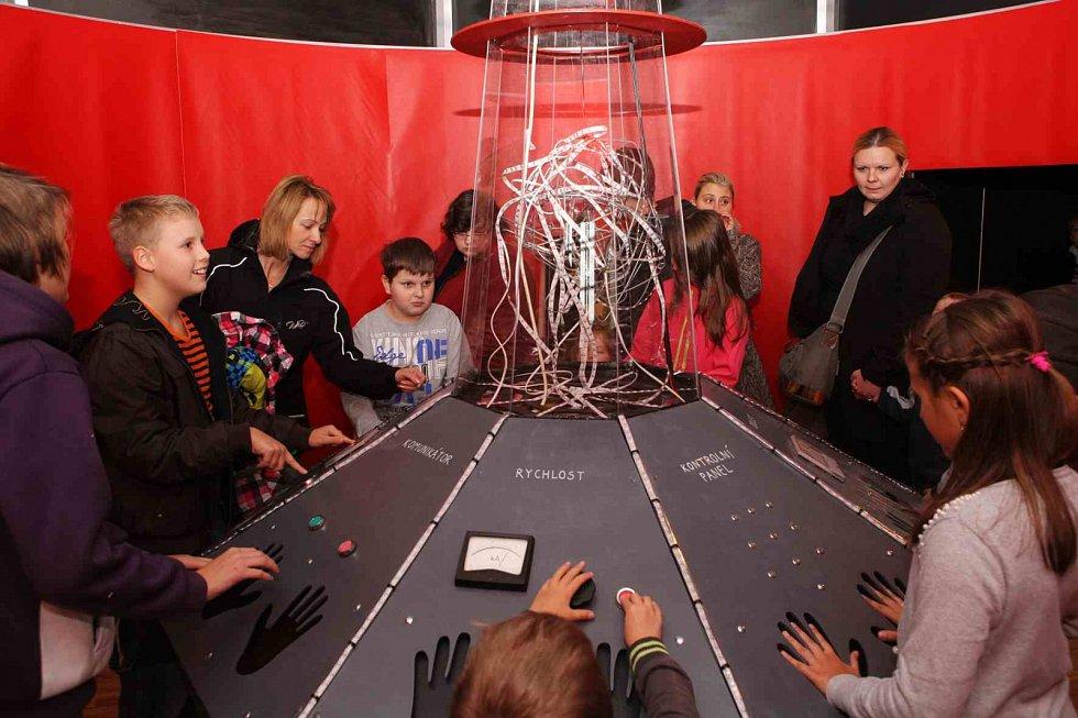 Písecká Sladovna nabízí novou výstavu Stroj času. Děti přenese do pravěku, antického Říma, za Kelty, do středověku, renesance i 19. a 20. století. Výstava potrvá do 26. dubna 2015.