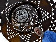 Výstava umění ve městě. Rozhlednu na budějovickém náměstí vytvořil Čestmír Suška.