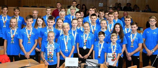 Na krajském úřadu vČeských Budějovicích ocenili úspěšné účastníky Her IX. letní olympiády dětí a mládeže České republiky 2019.