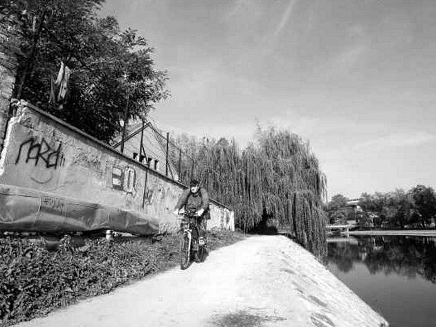 U areálu bývalé sodovkárny, hyzdící již moho let krajské město, nalezli v úterý ráno zakrváceného muže.