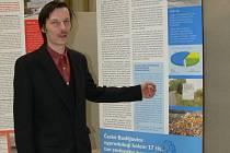 Jak třídí odpad krajské město, ukazuje na informačním panelu autor výstavy Petr Drahoš.