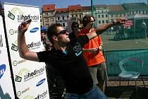 Mistrovství České republiky v hodu mobilním telefonem bylo součástí akce, která se včera uskutečnila na českobudějovickém náměstí. Lidé se tu také mohli dozvědět, kolik vyhodí každý rok odpadu a jak jej co nejlépe třídit.