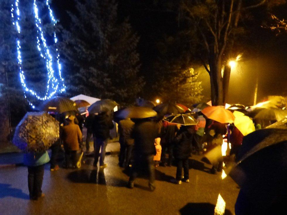 Zpívání koled v Hluboké nad Vltavou, Zámostí