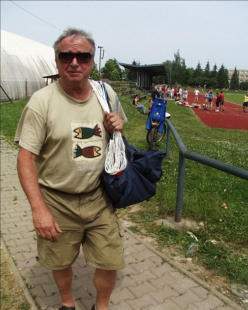 TRENÉR A DŘÍVE ŘEDITEL. Bohuslav Cháb u volejbalového týmu EGE působí již řadu sezon. Dříve navíc pracoval sedmnáct let jako ředitel Gymnázia J. V. Jirsíka.