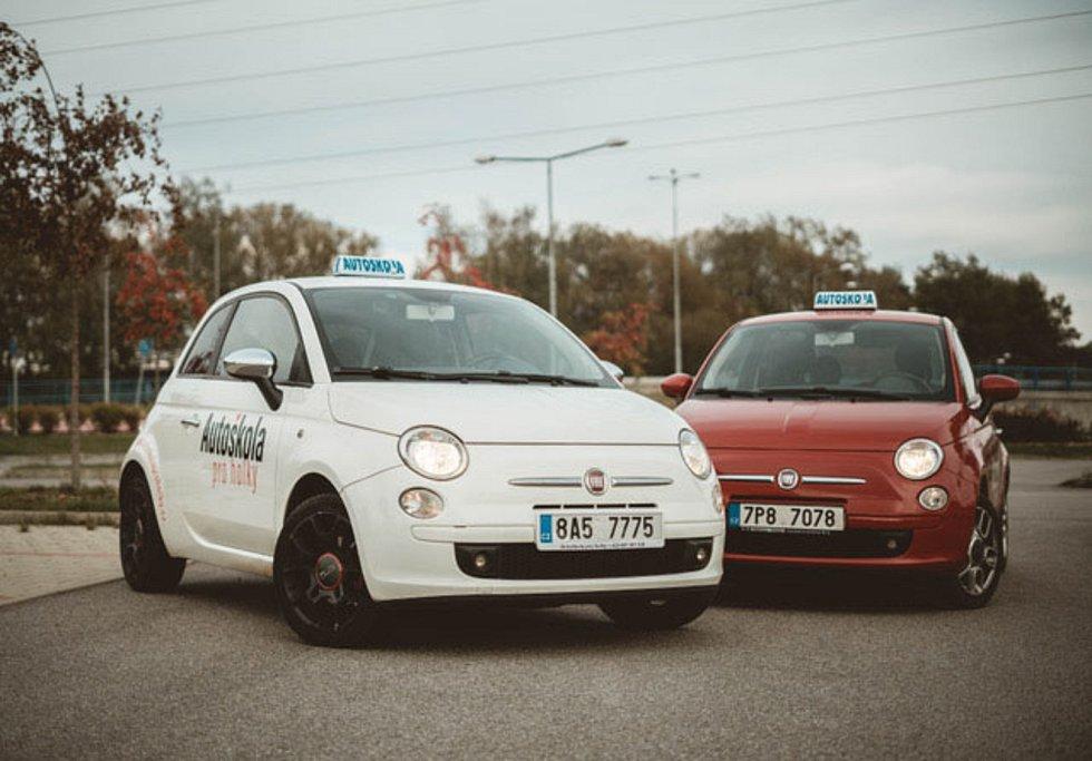 """V Autoškole pro holky Michaely Votrubové se jezdí """"Knedlíčkem"""", což je Fiat 500. Vyzkoušet si ale lze i jízdu """"s  automatem"""" nebo s velkým Jeepem."""