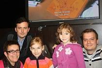 Hlavní hvězda videoklipu Barunka (uprostřed) se spolu se sestrou Aničkou a maminkou minulý týden setkaly s autory písně Janem Novotným a Pavlem Maulem (zprava).