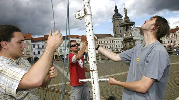V úterý odpoledne dorazil do Českých Budějovic na náměstí Přemysla Otakara II. Kinematograf bratří Čadíků se svým mobilním letním kinem.