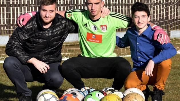 Tři bratři Janáčkovi z Cehnic si za chalupou postavili fotbalovou branku a dva z nich, 24letý Petr a 13letý Honza, pálili na toho třetího Martina tak dlouho, až ten jim utekl do Sparty...