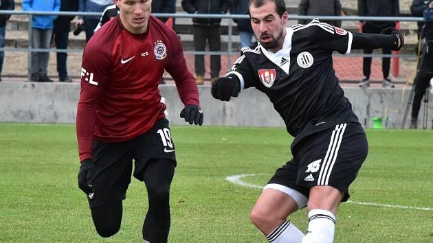 David Ledecký na Spartě v souboji s domácím Lukášem Štětinou. Ve středu hraje Dynamo přípravu na Složišti s Vyšehradem.