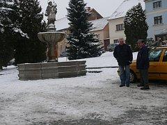 Horní část jistebnického náměstí s kašnou filmaři Čekání na stříbrné zvonky také zabrali.  Tato kašna se už dříve objevila v propagandistickém seriálu Třicet případů majora Zemana, epizodě Bestie.